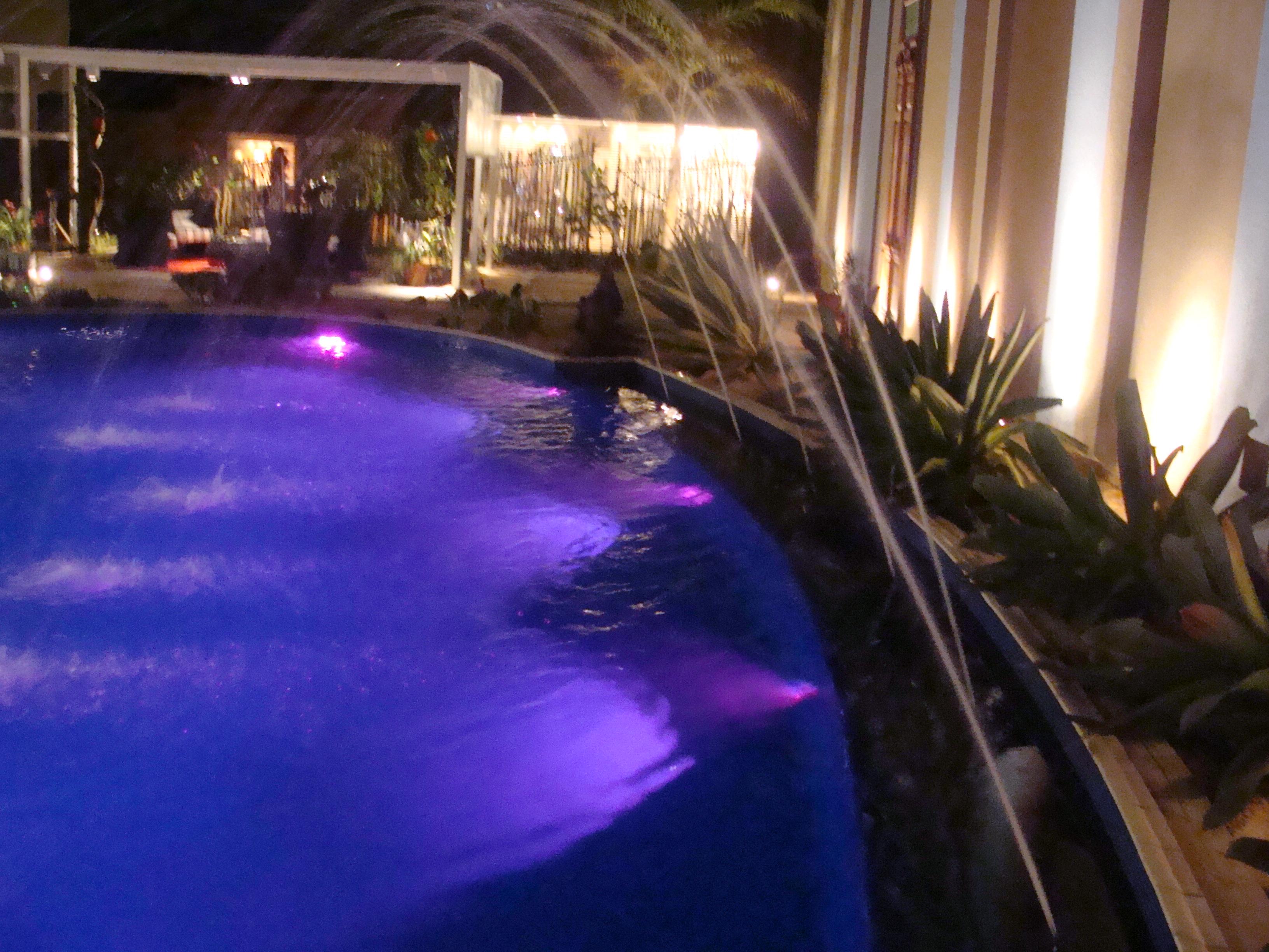 Ilumina o led cromoterapia piscina for Piscina fum d estampa