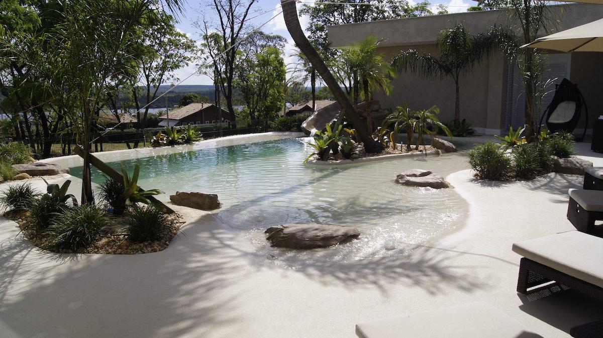piscina de areia ou praia natural tenha um resort em sua